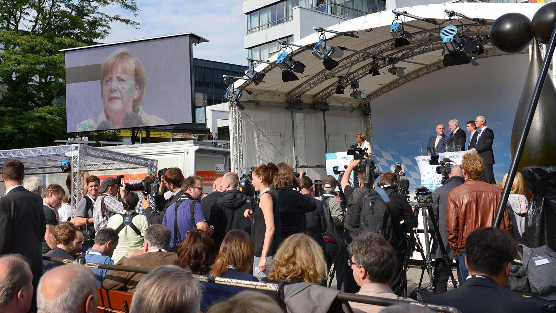 Vor vier Jahren war Angela Merkel schon einmal zu Gast in Erlangen und trug sich nach ihrer Rede ins goldene Buch der Hugenottenstadt ein. Dieses Mal wird ihr Aufenthalt wohl kürzer, die Sicherheitsmaßnahmen haben sich aber trotzdem erhöht.