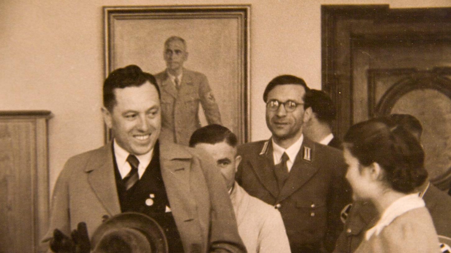 Adolf Schwammberger (Mitte in Uniform) und Gauleiter Albert Forster (links) in Thorn.