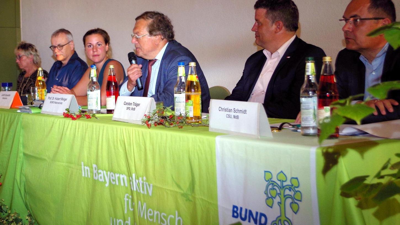 Minister Schmidt (CSU), MdB Träger (SPD), BN-Vorsitzender Weiger, Moderatorin Dauwalter, MdB Kekeritz (Grüne) und MdB Bulling-Schröter (Linke) (v.re.).