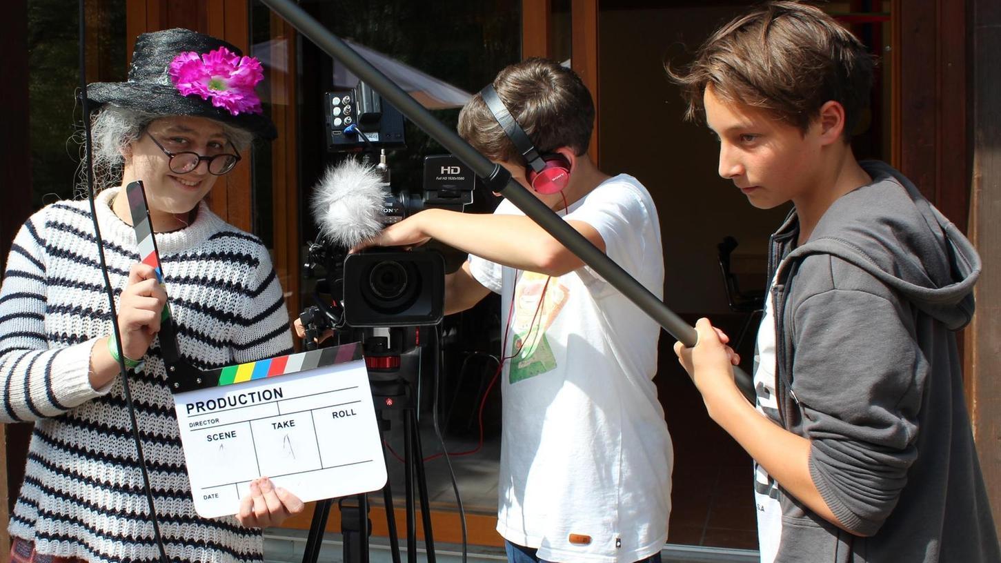 Mit großem Einsatz und einer guten Portion Humor gehen die jungen Schauspieler und Kameraleute an ihre Aufgaben.