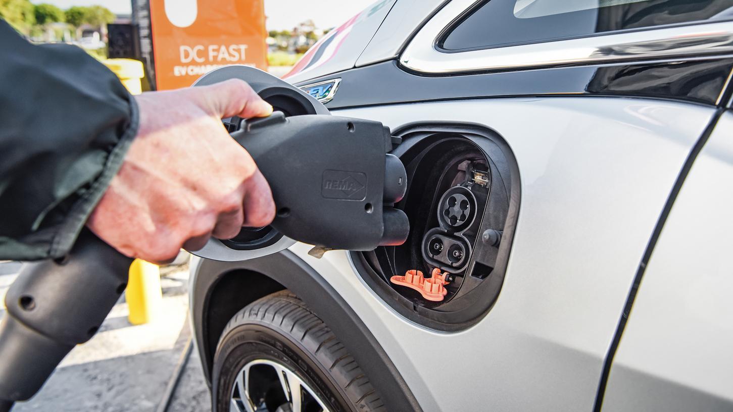Elektroauto beim Ladevorgang: Zu einem großen Teil wird der Strom noch unökologisch mit Kohle produziert.