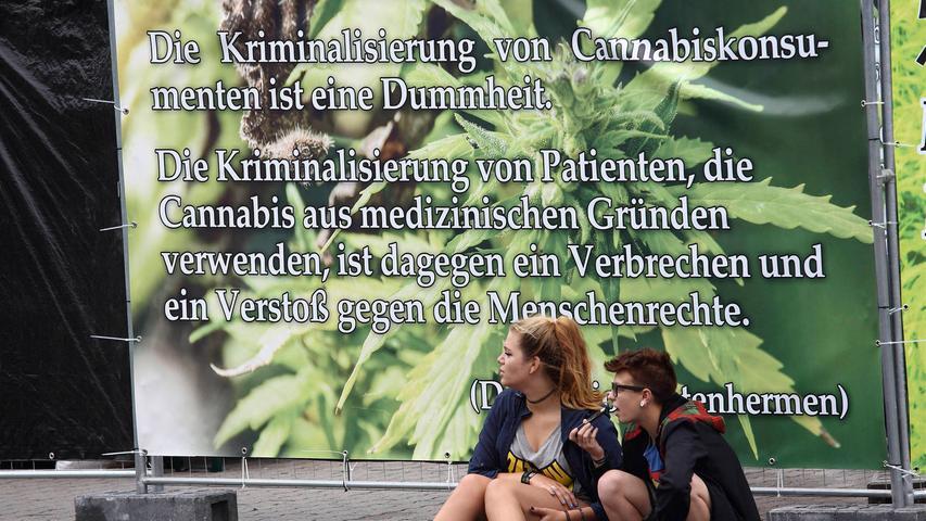 ...vermehrt diskutiert wurde und anderswo, beispielsweise in Colorado in den Vereinigten Staaten, bereits erfolgt ist, ist das Argument zu hören, ein Joint wäre weit weniger schädlich als ein regelmäßiger - und völlig legaler - Vollrausch. Mittlerweile ist Cannabis in Deutschland  als Medikament freigegeben. Ohne ein entsprechendes Rezept fällt der Umgang mit Cannabis jedoch unter das Betäubungsmittelgesetz und steht unter Strafe. Ganz allgemein: Die Schwere der Strafe für Verstöße gegen das BtMG...