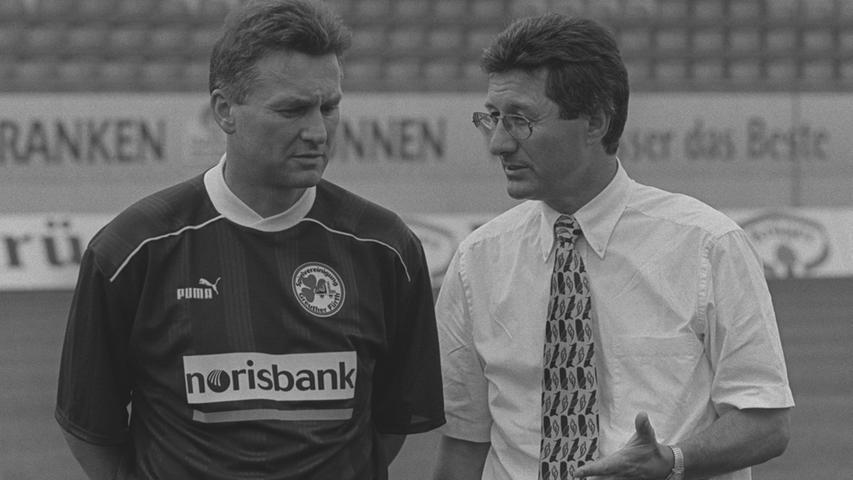 Sein Nachfolger wird ein gewisser Benno Möhlmann, der zuvor den Hamburger SV und Braunschweig trainierte. Mit der Eintracht verpasste er zwei Jahre in Folge knapp den Aufstieg in die 2. Bundesliga, in Fürth soll er das sportlich angeschlagene Team wieder stabilisieren. Das gelingt gleich mit vier Siegen zum Einstand, das Kleeblatt hält 1997/98 komfortabel die Klasse. Danach etabliert Möhlmann Fürth in der 2. Liga, bis im Oktober 2000 eine Anfrage aus Bielefeld kommt. Der Trainer folgt dem Ruf der Arminia und verlässt Fürth. Die Suche nach einem Nachfolger beginnt ...