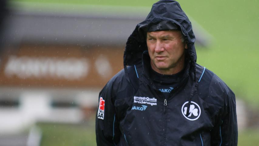 Aller guten Dinge sind drei, oder? Einmal mehr stellt Helmut Hack Benno Möhlmann als neuen Trainer vor. Der wurde in Braunschweig nicht glücklich und stellte sein Amt zur Verfügung. Für Helmut Hack ist Möhlmann