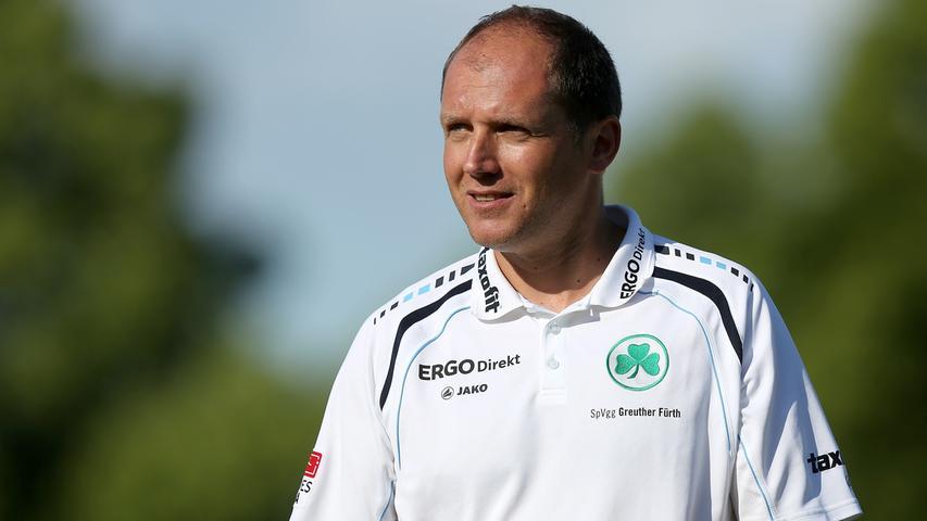 Die Interimslösung heißt Ludwig Preis, der bis dato die U23 trainierte. In den drei Spielen in denen der inzwischen verstorbene Preis die Spielvereinigung auf den Platz schickt, holt Fürth immerhin zwei Punkte.
