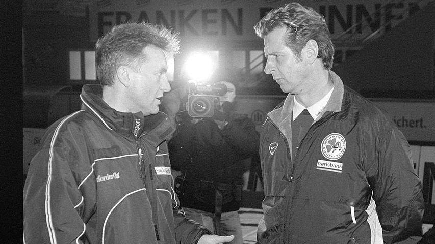 Mit Uwe Erkenbrecher (re.) präsentiert das Kleeblatt dann eine langfristige Lösung. Der Delmenhorster macht einen guten Job, beendet die Saison 2000/01 mit der SpVgg auf Rang fünf. Nach dem vierten Spieltag, einem Sieg in Reutlingen, muss Erkenbrecher plötzlich gehen.