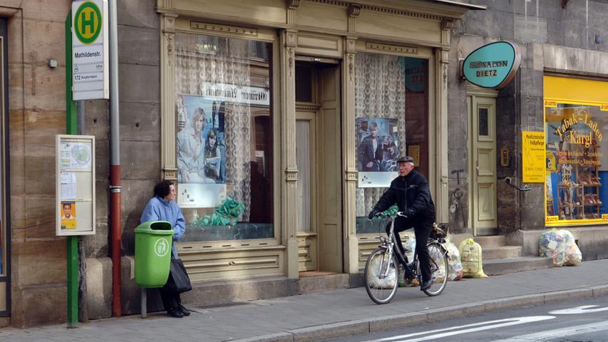 Die Hirschenstraße putzt sich heraus - Nr. 33 glänzt bereits mit neuer Fassade, hier vor der der Sanierung