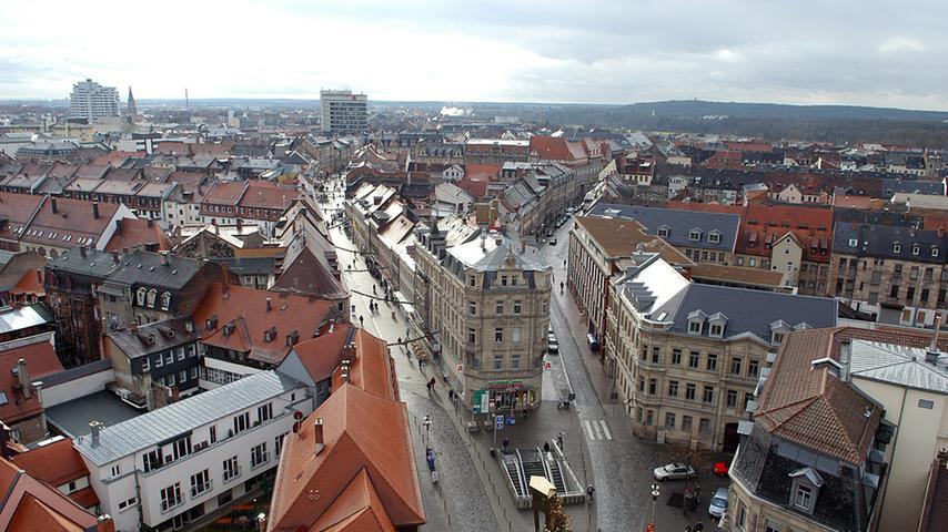Die Hirschenstraße putzt sich heraus - Blick vom Rathaus rechts in die Hirschenstraße, links in die parallel verlaufende Fußgängerzone