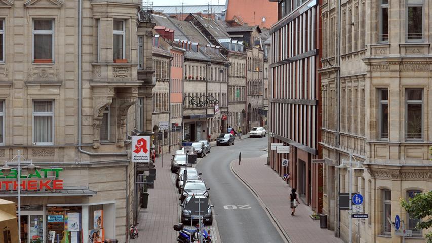 Die Hirschenstraße putzt sich heraus - Blick vom Rathaus