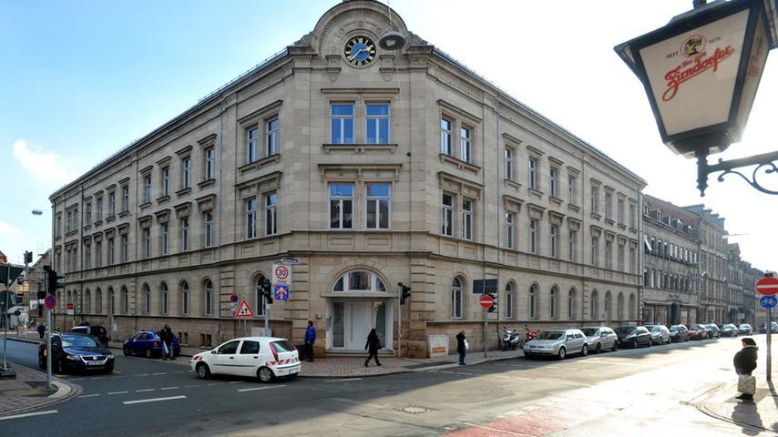 Die Hirschenstraße putzt sich heraus - Die ehemalige Leopold-Ullstein-Realschule bietet mittlerweile schicken Wohnraum und beherbergt das Stadtmuseum