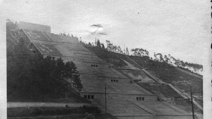 Zurück zum Stadionbau: Um die Sichtverhältnisse der Zuschauerränge zu testen, wurde im Hirschbachtal bei Oberklausen ein Holzmodell errichtet. (Dieses Foto wurde uns von Walter Winkler aus Greding überlassen)