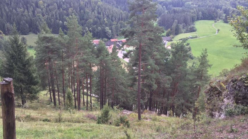 Der Blick vom Steilhang auf die kleine Ortschaft Oberklausen.