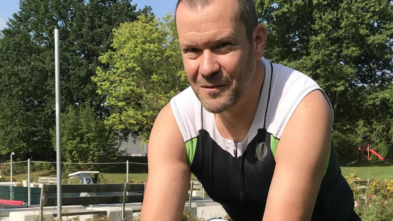 Hier geht es am Sonntag los: Gerhard Hofer und sein Triathlon-Rad im Höchstadter Freibad.