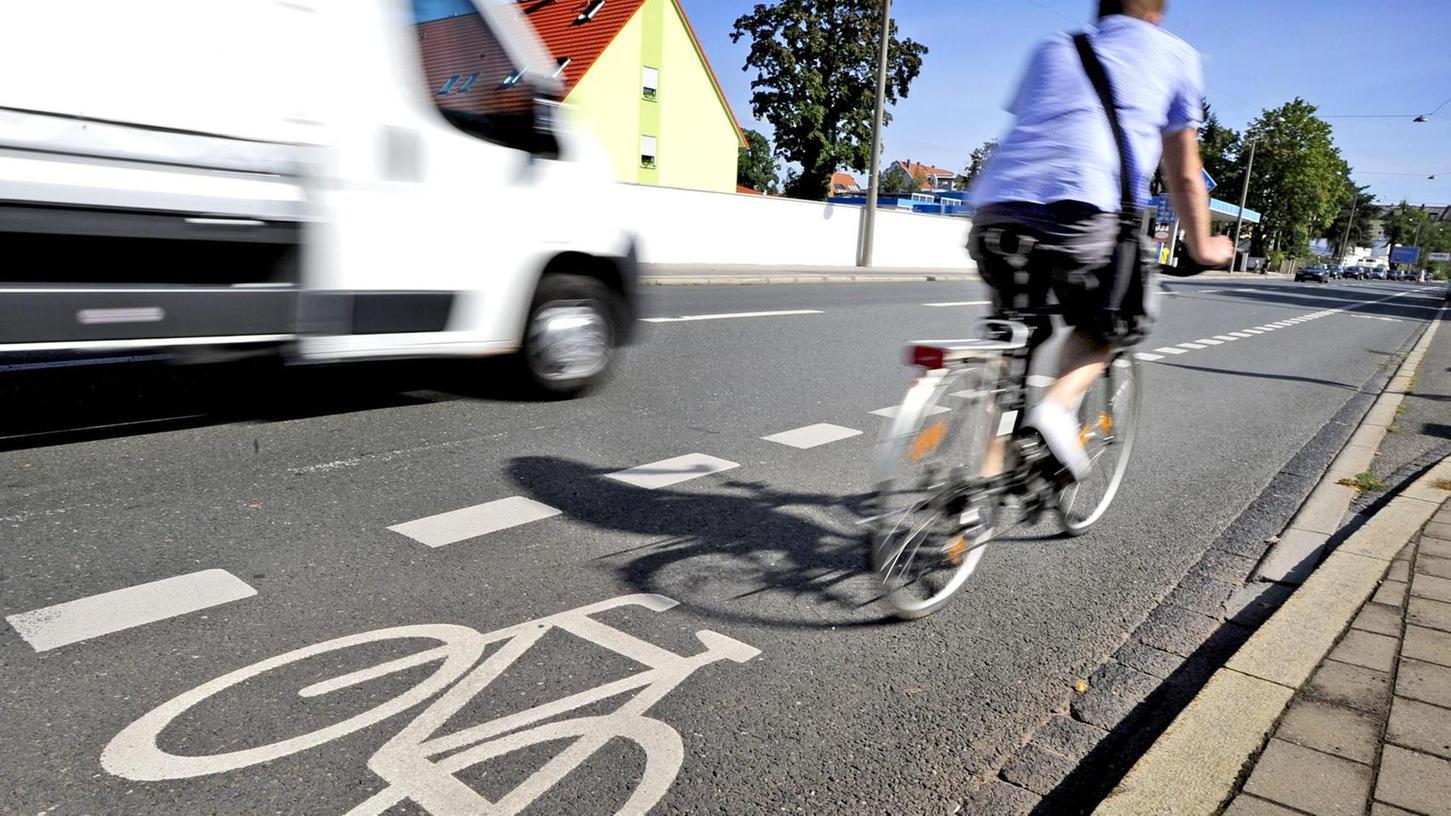 Immer mehr Schutzstreifen – wie hier in der Erlanger Straße in Fürth – räumen Radlern Raum zur sicheren Fortbewegung ein. Das erhöht die Attraktivität des Fahrrads als alternatives Verkehrsmittel.