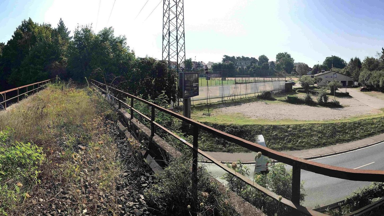 Nicht nur der Landkreis Fürth wollte die Bibertbahntrasse — im Bild die Brücke über die Rothenburger Straße zwischen der Kreuzung Fürth-Süd und Oberasbach — für Verkehrszwecke sichern. Klar ist nun: Ein Zug wird hier nicht mehr rollen, womöglich aber Radfahrer, die einen Radschnellweg auf dieser Trasse nutzen?