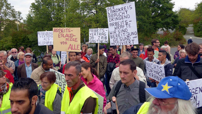 Viele Demonstranten solidarisierten sich mit den betroffenen Flüchtlingen schon beim Auftakt der Protestaktion am Landratsamt.