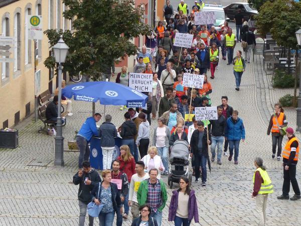 Ziel des disziplinierten Protestzuges war der Marktplatz der Kreisstadt mit einer eindrucksvollen Kundgebung für das Ausbildungs- und Arbeitsrecht der Flüchtlinge.