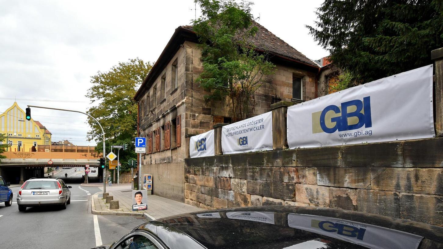 """GBI heißt das Unternehmen, das an dieser Stelle Wohnungen errichten will. Dass auf den Transparenten auch das Wort """"Hotelprojektentwickler"""" steht, sorgt allerdings für Verwirrung."""