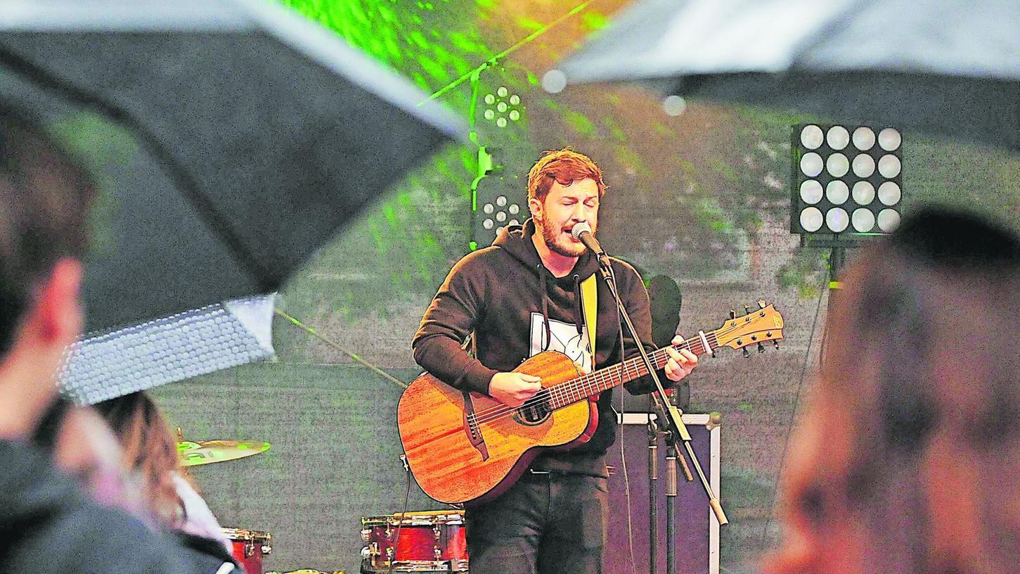 """Vier Bands, darunter die Formation """"Me & Reas"""", spielten auf dem Gräfenberger Open-Mind-Festival. Vom schlechten Wetter ließen sich die Besucher nicht abschrecken."""