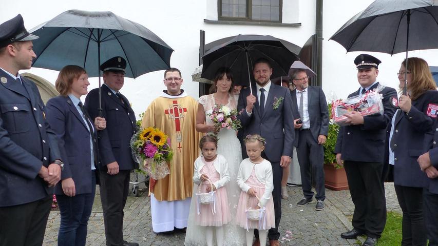 Mit zahlreichen Gästen sind Gerhard Gruber und seine Frau Eva, eine geborene Binn, zur Mörsdorfer Pfarrkirche gekommen, um sich den Segen der Kirche für ihre Ehe zu erbitten. Ihn erteilte Pater Bartimäus vom Freystädter Franziskanerkloster im Verlauf der Brautmesse, die vom Mörsdorfer Chor musikalisch umrahmt wurde. Nach der Trauung grüßte eine Abordnung der FF Mörsdorf mit einem Spalier, überreichte Blumen und ein Geschenk. Danach stießen sie mit dem Brautpaar auf eine glückliche Zukunft an. Der 32-jährige Juniorchef der Mörsdorfer Firma Bad und Heizung Gruber und die gelernte Krankenschwester sind seit drei Jahren standesamtlich verheiratet und wohnen mit ihren beiden Kindern, der fünfjährigen Charlotte und dem zweijährigen Benno, in Mörsdorf. Zum Feiern luden die beiden in den Spitalstadl nach Freystadt.