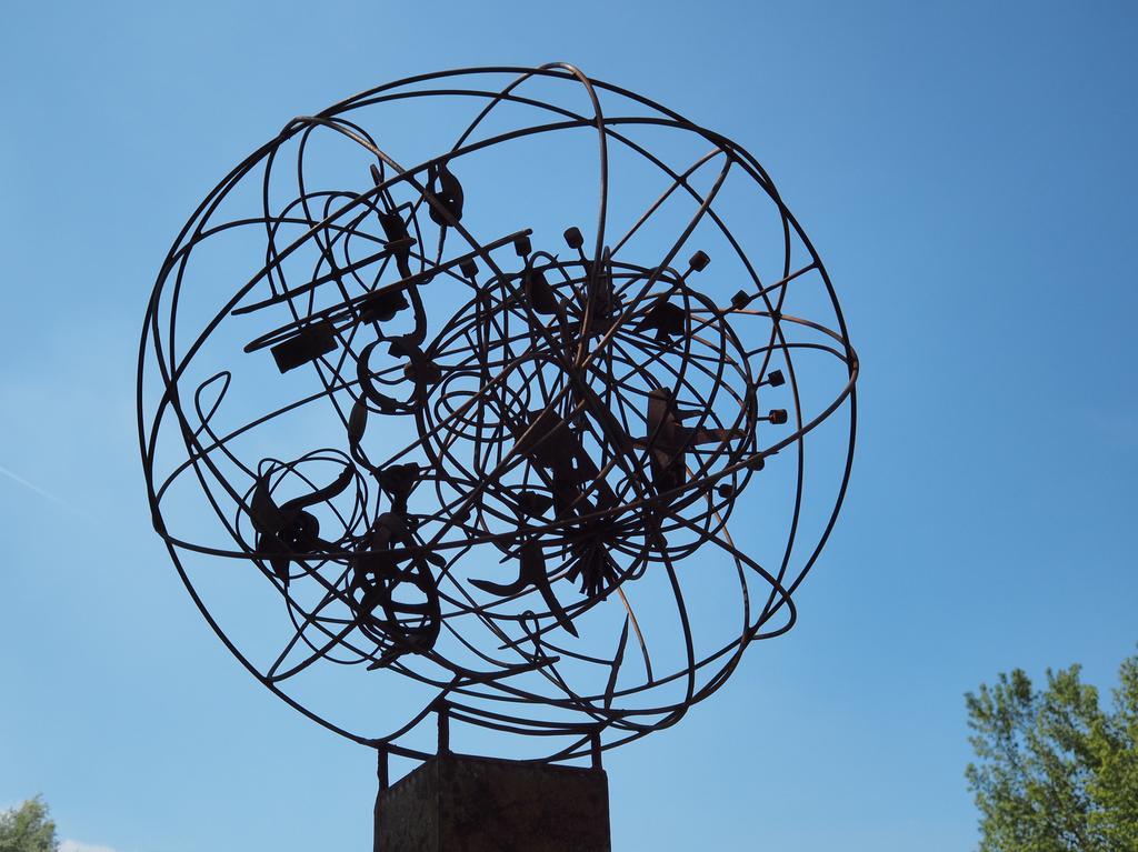"""Neue Kunstwerke im Kurpark Treuchtlingen vom Kunstverein Spirale Foto: Benjamin Huck """"Statement: Vom Punkt zum Kreis zur Kugel"""" von Hubert Baumann."""