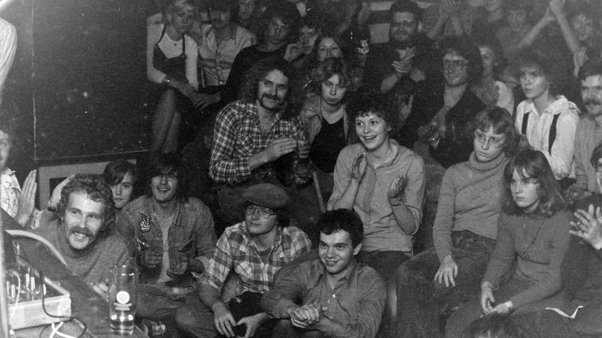 Einen herben Dämpfer hat vor 40 Jahren der Plan der beiden Pegnitzer Manfred Vetterl und Alex Schacht erlitten, ein Folk-Festival in der Stadt zu etablieren. War die Veranstaltung ursprünglich in den Schloßberg-Anlagen geplant, so musste witterungsbedingt kurzfristig in den Kaltenthaler Ströber-Saal umgezogen werden, der sich aber als deutlich zu klein erwiesen hat.Der legendäre Willy Michl, der auch den Blues-Musiker Sigi Schwab mitgebracht hatte, riss das Publikum zwar von den Stühlen, doch das war nicht in dem Ausmaß gekommen, wie es zumindest für eine ausgeglichene Kasse nötig gewesen wäre. Für Ärger sorgte, als die Privat-Veranstalter zu den rund 1000 Mark Defizit auch noch 300 Mark an Vergnügungssteuer an die Stadt zahlen sollten, während ein Konzert des KSB-Werksorchesters im Bierzelt komplett vom städtischen Kulturreferat finanziert worden ist. Foto: Kurt Tauber