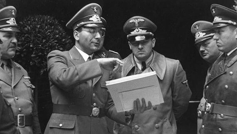 """Adolf Schwammberger (Mitte links) im Gespräch mit Generalgouverneur Hans Frank, dem berüchtigten """"Schlächter von Polen""""."""
