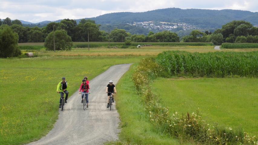 Radler unterwegs von Reddinghausen zur Beobachtungskanzel, Fernradweg Ederradweg