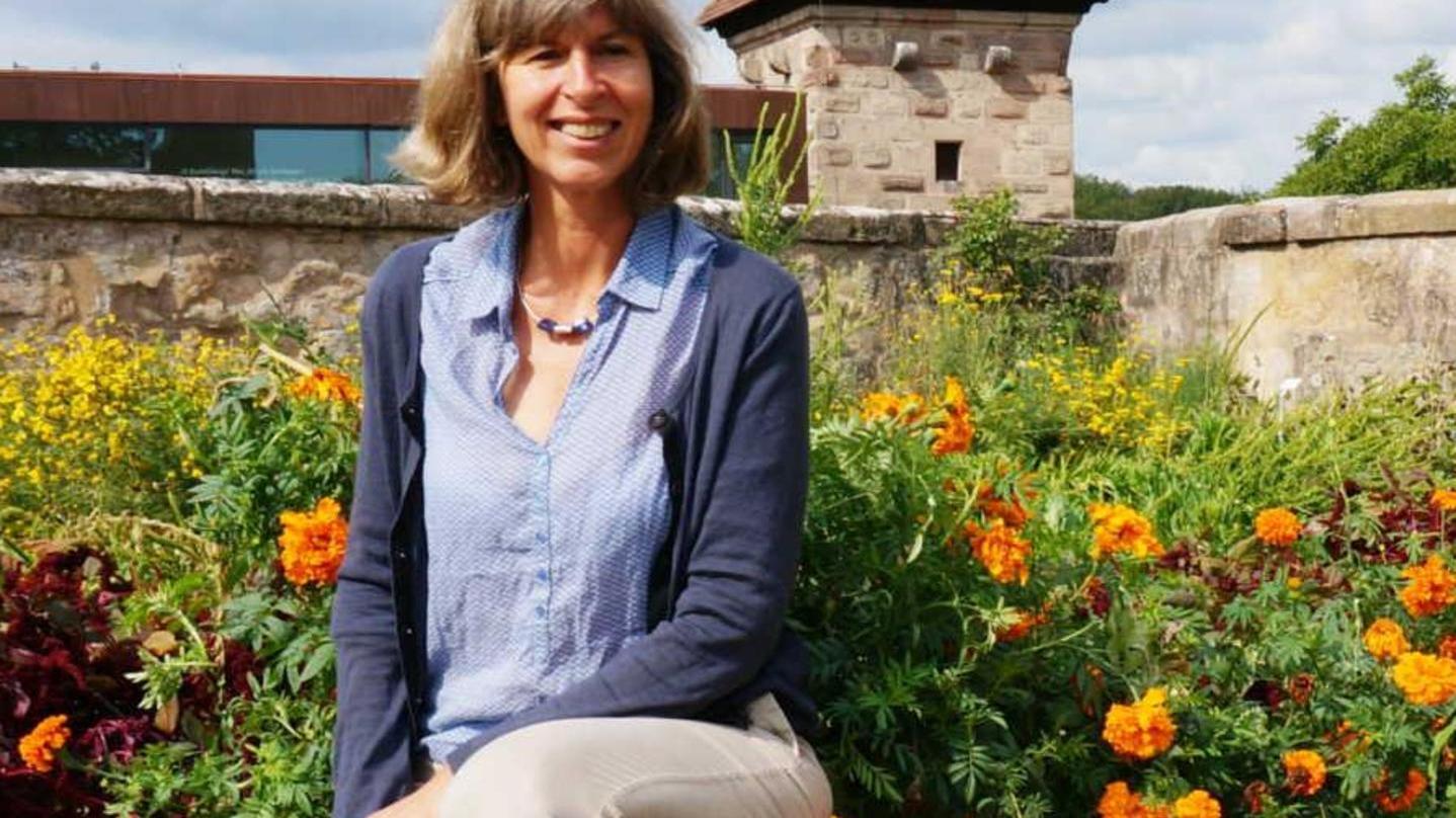 Blühende Landschaften und keine Monokulturen wünscht sich Dagmar Nitsche — hier im Garten der Cadolzburg.