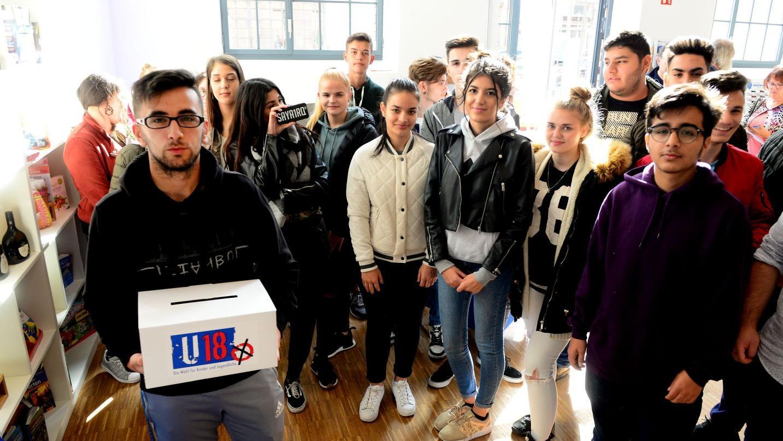 Her mit Wahlzettel und Wahlurne! In unserer Geschäftsstelle in Fürth kamen die jungen Wähler zahlreich zur U18-Wahl.
