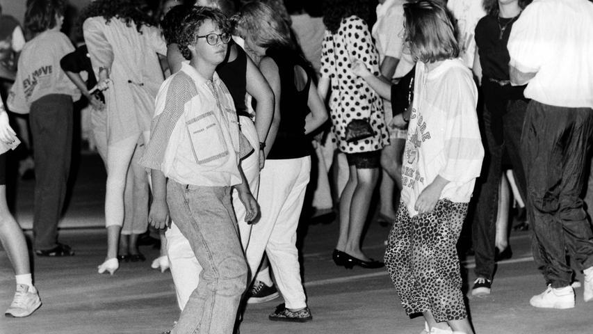Heute steht das Pegnitzer Kunsteisstadion im Sommer regelmäßig leer. Dabei war die erste Open-Air-Disco vor 25 Jahren mit über 1000 verkauften Eintrittskarten durchaus ein Erfolg. Veranstalter war eine Bayreuther Konzert-Agentur, die katholische Pfarrjugend sorgte mit türkischen Schmankerln für das leibliche Wohl. Wegen des gleichzeitig stattfindenden Pegnitzer Altstadtfestes dauerte es zwar lange, bis sich die Betonfläche füllte, doch zu vorgerückter Stunde ging dort trotz zehn Mark Eintritt die Post ab. Reibungslos ging dann aber doch nicht alles über die Bühne: Eine geplante Modenschau musste genauso ausfallen wie ein Bungee-Springen, das aus Sicherheitsgründen abgesagt wurde. Im Sound einer 40.000-Watt-Anlage wirbelten aber mit den