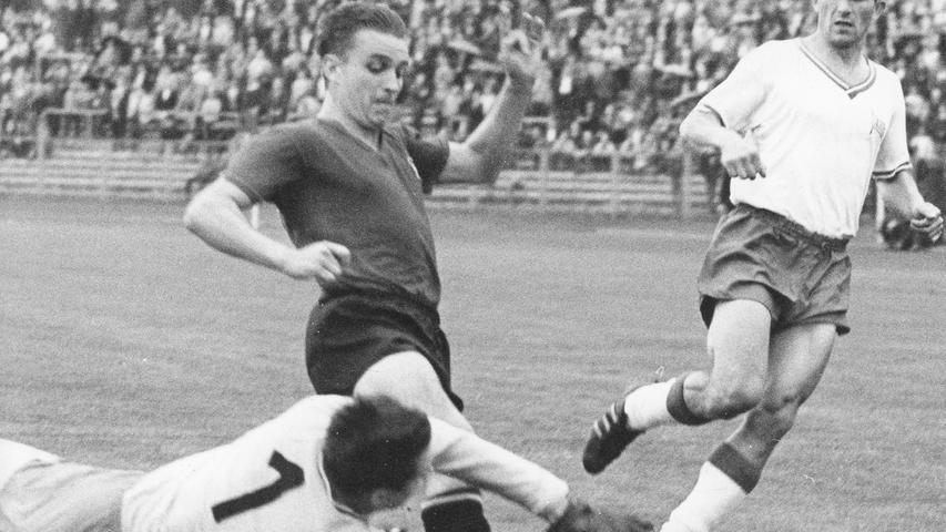 ...die Hauptstädter mit 7:2 vom Rasen gefegt wurden. Franz Brungs gelangen gleich vier Treffer, Gustav Flachenecker steuerte zwei Tore bei und Stefan Reisch durfte sich ebenfalls über einen Torerfolg freuen.