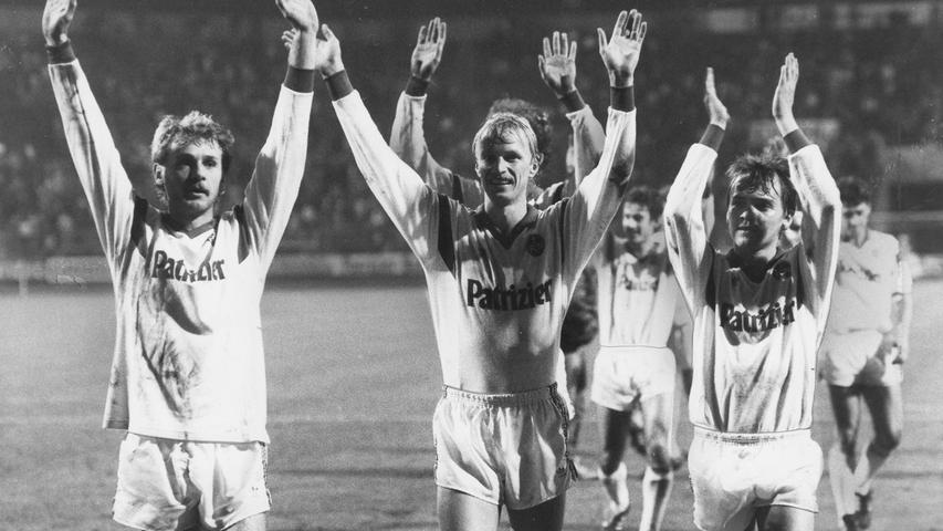 Und ein Jahr später ging es wieder hinauf, in die Erste Fußball Bundesliga. Mit Müh und Not hielt man die Klasse, aber feierte gegen das Tabellenschlusslicht Blau-Weiß 90 Berlin den höchsten Sieg der Vereinsgeschichte. 7:2 hieß es am Ende, Reiner Geyer durfte sich über drei Treffer freuen.