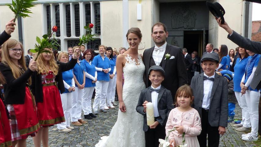 Nach dem Gang zum Standesamt führte der Weg nun für die Brautleute Katharina Lang und Benedikt Stark in die Berngauer Pfarrkirche Sankt Peter und Paul. Pfarrer Martin Penkalla traute das Paar. Nach der Trauung wurden die Frischvermählten von einem langen Spalier erwartet. Zum Gratulieren angetreten waren die Arbeitskolleginnen der Braut von der Neumarkter Arztpraxis Neumaier. Kollegen des Bräutigams vom Architekturbüro Berschneider + Berschneider waren gekommen, ebenso die Berngauer Tannenwald-Schützen und der Stammtischverein Tyrolsberg, dessen Vorsitzender der Bräutigam ist. Die 29-jährige medizinische Fachangestellte und der zwei Jahre ältere Bautechniker kennen sich von Kindesbeinen an.