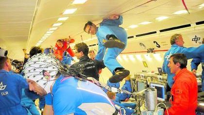 Während eines Parabelflugs bleibt den Forschen nicht viel Zeit, ihre Experimente durchzuführen. Lediglich 22 Sekunden wird die Erdanziehung außer Kraft gesetzt.