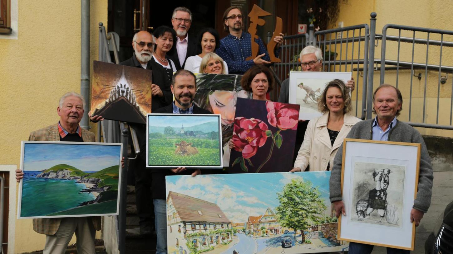 Die Künstler vor dem Landgasthof Schrüfer, wo sie in einer Eröffnungsvernissage ihre jeweiligen Werke präsentierten.