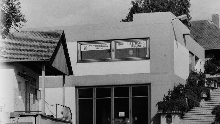 Im Jahr 1977 veranstaltete die Pegnitzer Wehr den Kreisfeuerwehrtag. Ein Blick 40 Jahre zurück zeigt deutlich auf, wie viel sich seit damals im Brandschutz getan hat, insbesondere auch, wenn man die Ausrüstung und die Gerätehäuser von damals mit heute vergleicht. Eines der modernsten Gerätehäuser hatte damals schon der Ortsteil Bronn, auch wenn der Betonklotz mit dem Flachdach unmittelbar neben der altehrwürdigen Kirche nicht jedem gefallen hat. Heute ist das Flachdach längst mit dem Kindergarten überbaut.