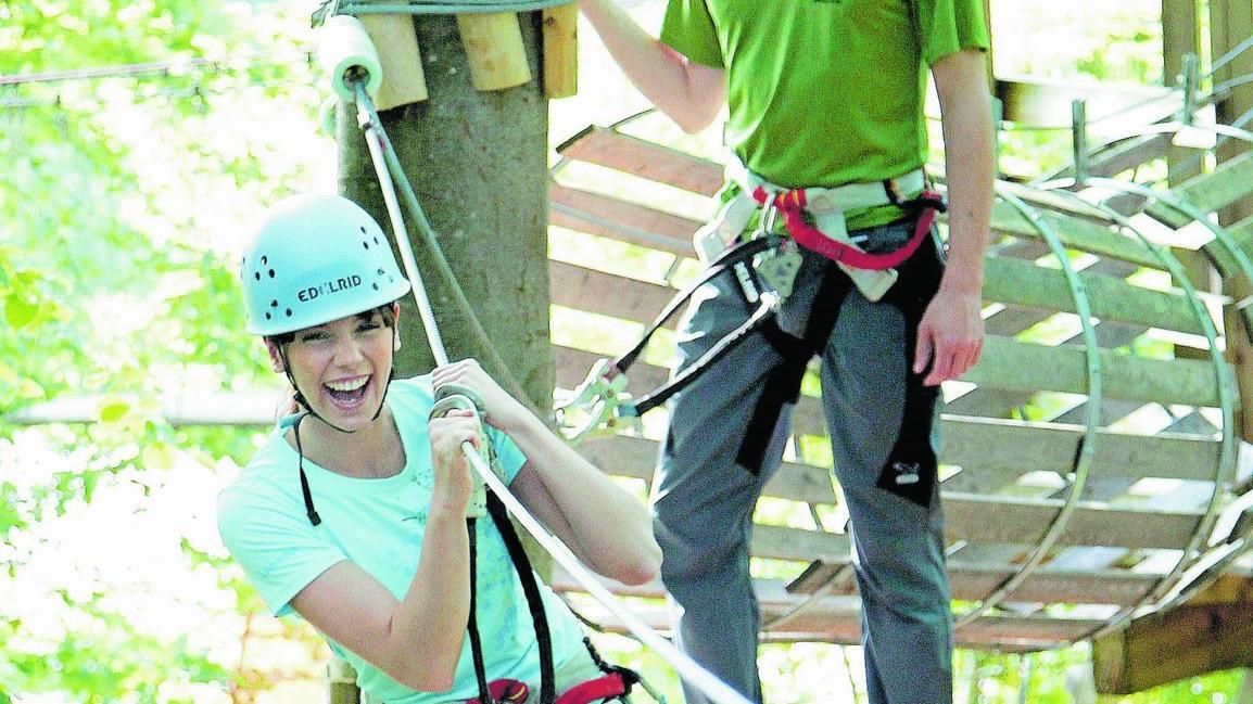 """Wer aktiv ist, ist """"in"""": Klettern im Hochseilgarten und Outdoor-Mode sind voll im Trend."""