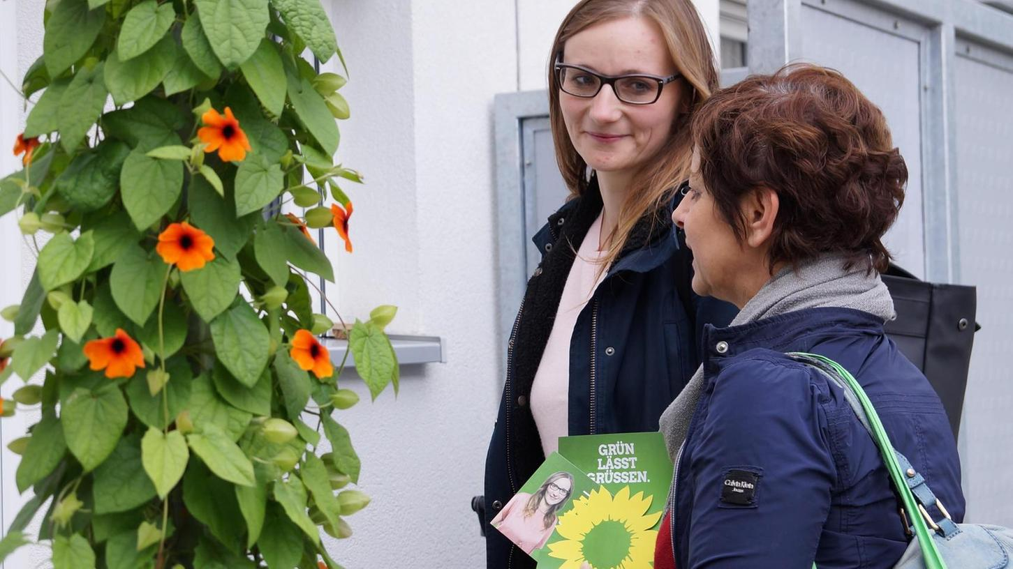 Lisa Badum (li.) und Sigi Hagl beim Haustürwahlkampf in Forchheim. Die Reaktionen auf diese Form der Wählerwerbung sind durchwegs positiv, sagen beide.