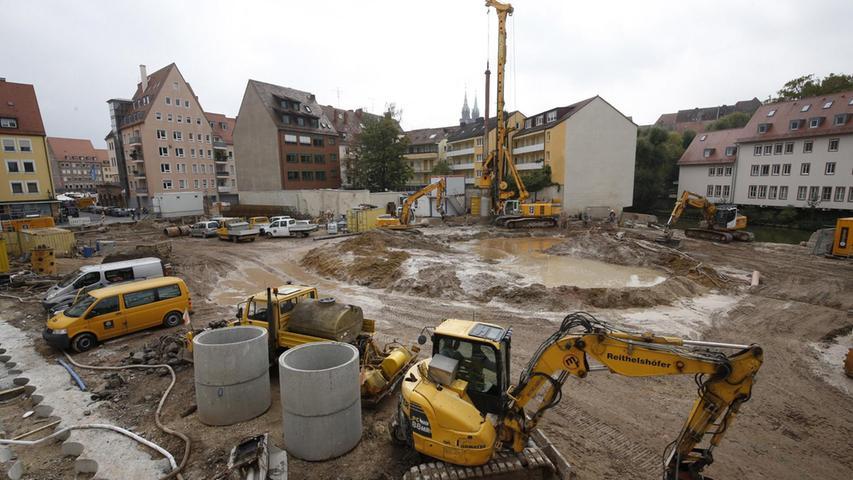 Ein Vierteljahrhundert hatte sich nichts auf dem Grundstück im Herzen der Stadt getan. Seit kurzem dominiert das Gelb der Baumaschinen — neben dem matschigen Rotbraun des Untergrunds — das Erscheinungsbild des 5200 Quadratmeter großen Areals.
