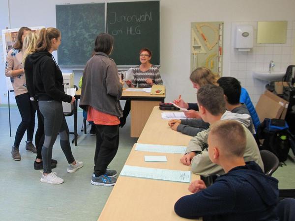 Im Helene-Lange-Gymnasium wachten die Wahlhelfer (rechts) darüber, dass alle die Formalien der Juniorwahl einhalten.
