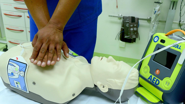 Hier wird die Wiederbelebung mit Puppe und Defibrillator demonstriert.
