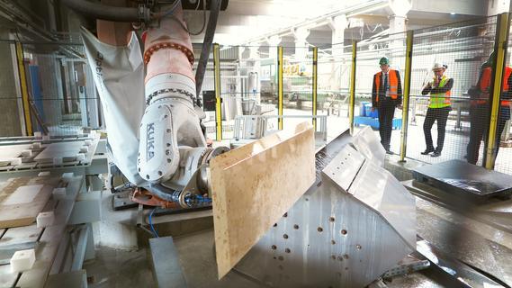 Vom Handwerk zum Industriebetrieb: Die Kantenbearbeitung für die Fassadenplatten übernimmt im Franken-Schotter-Natursteinwerk in Petersbuch inzwischen ein Roboter.