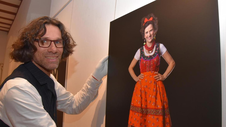 Sandra-Janine Müller kombiniert die überlieferten Schnitte und Muster gerne mit modernen Stoffen und, wie auf dem Bild von Walther Appelt (re.) zu sehen, mit geringelten Kniestrümpfen.