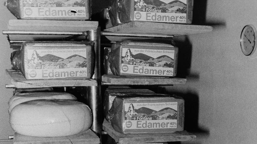 Wie doch die Zeit vergeht: Vor 40 Jahren wurden noch vier Millionen Mark in die Erweiterung des Pegnitzer Milchhofs investiert, heute erinnert nichts mehr an den einst bedeutenden Betrieb. Mit dem neu eingeführten Zweischichtbetrieb wurden damals in Pegnitz täglich 100.000 Liter Milch zu monatlich 240 Tonnen Käse verarbeitet, die zum Großteil in den Export gingen. Direktor Wolfgang Hiltl glaubte, mit der Investition die Zukunft des Milchhofs gesichert zu haben. Zur Feier des Tages wurde den Landwirten eine Erhöhung des Milchpreises um einen auf 57,24 Pfennige versprochen, die aber fast vollständig durch eine