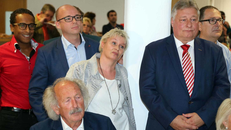 Bedröppelte Gesichter: Trotz des schlechten Abschneidens der SPD schaffen es Martin Burkert (re.) und Gabriela Heinrich (Mitte) zurück in den Bundestag.