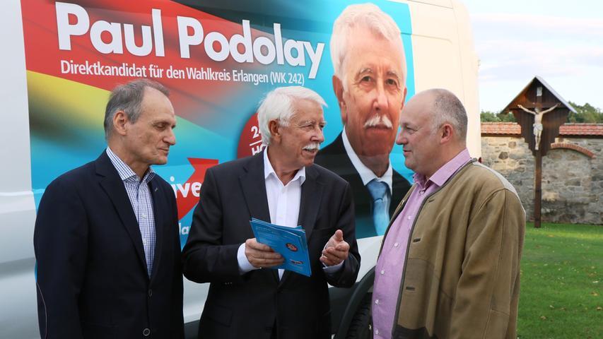 Der Medizintechniker, Unternehmer und Publizist Paul Viktor Podolay (mitte), wurde im Wahlkreis Erlangen in den Bundestag gewählt. (Klicken Sie hier für mehr Infos zu Paul Viktor Podolay)