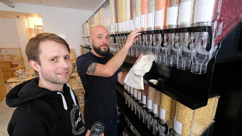 Arthur Koenig (links) und Thomas Linhardt haben lange nach einem geeigneten Standort für ihren Unverpackt-Laden gesucht. Jetzt können sie endlich durchstarten.