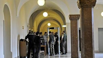 Erhöhte Sicherheitsvorkehrungen am Landgericht Nürnberg-Fürth: Um den Prozess um Kreide-Schmierereien und Sachbeschädigung zu verfolgen, mussten Zuhörer durch eine Schleuse.