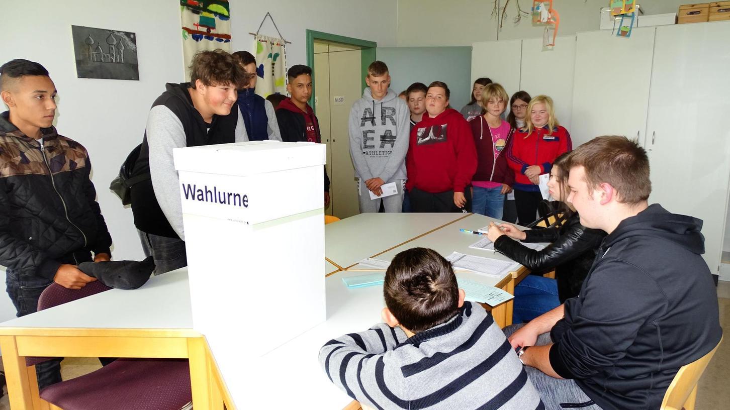 """Schlangestehen im """"Wahllokal"""": Die Wahlbeteiligung bei der Juniorwahl in der Don-Bosco-Schule lag bei 72 Prozent."""